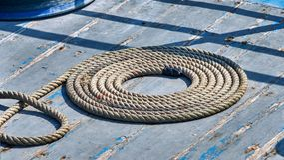 在甲板的卷起的绳索 免版税库存照片