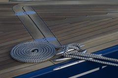 在甲板的卷起的绳索 图库摄影