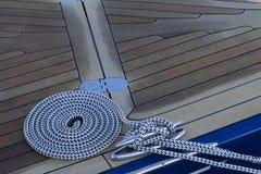在甲板的卷起的绳索 库存图片
