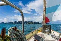 在甲板的帆船 免版税库存图片