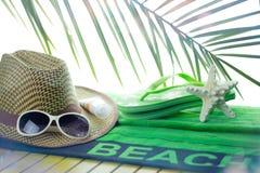 在甲板的海滩毛巾 免版税库存照片
