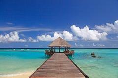 在甲板的热带小屋度假胜地的 图库摄影