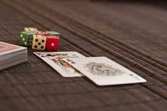 在甲板附近的两张卡片与切成小方块 库存图片
