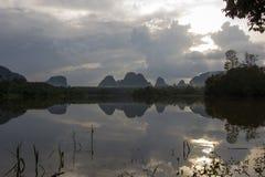 在甲米府,南泰国的Nong Talay,有激动人心的景色在黎明 天空的反射阴影在Nong Talay的 库存图片