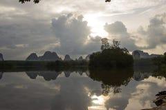 在甲米府,南泰国的Nong Talay,有激动人心的景色在黎明 天空的反射阴影在Nong Talay的 免版税库存图片