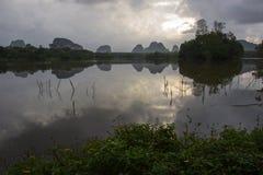 在甲米府,南泰国的Nong Talay,有激动人心的景色在黎明 天空的反射阴影在Nong Talay的 免版税图库摄影
