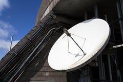 在电信塔的卫星盘在一个晴天 图库摄影