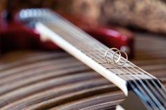 在电吉他串的婚戒特写镜头 图库摄影
