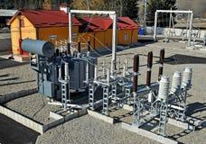 在电子分站的充满油的电源变压器 库存图片