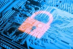 在电子委员会的发光的锁象有微集成电路的 信息保障技术的概念 免版税库存照片