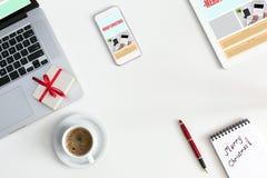 在电子小配件中的圣诞节礼物有敏感网络设计eleme的 免版税库存照片