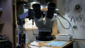 在电子维修车间的显微镜 股票录像