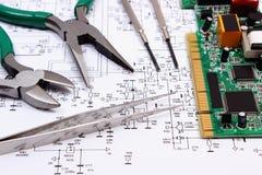 在电子,技术图的电路板和精确度工具  免版税库存图片