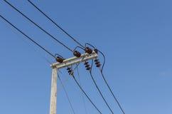 在电岗位的一条输电线 免版税库存照片
