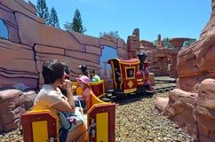 在电影世界英属黄金海岸Austr的Rideable微型铁路火车 免版税图库摄影