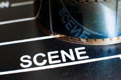 在电影拍板和影片轴的场面标签 免版税图库摄影