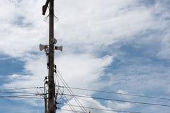 在电杆的报告人有蓝天背景 免版税库存照片