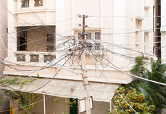 在电柱子的电缆 免版税库存照片