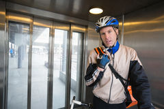 在电梯的自行车传讯者 免版税库存照片