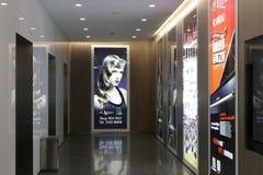 在电梯附近的广告 库存照片