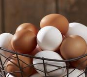 在电汇篮子的鸡蛋 免版税库存图片