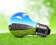 在电灯泡的太阳电池板 库存图片