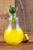 在电灯泡的Calamansi与橙味饮料 库存照片