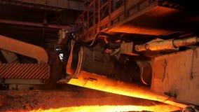 在电炉的钢铁生产,重工业概念 储蓄英尺长度 为机器的机制关闭为 影视素材