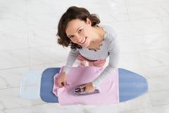 在电烙板的妇女电烙的布料 免版税库存图片