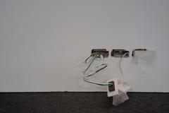 在电线的被暴露的导线在墙壁 免版税库存图片