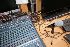 在电视演播室的话筒和声音混合的设备 免版税库存图片