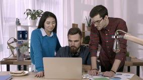 在电视电话会议的企业队在办公室 股票视频