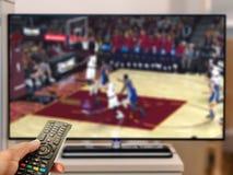 在电视的观看的篮球比赛 免版税库存照片