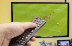 在电视的足球赛 免版税库存图片