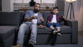在电视的轻松的父亲和儿子电影 股票录像