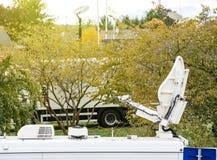 在电视televison卡车活传输的卫星天线盘 免版税图库摄影