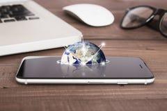 在电话屏幕网络概念的地球 库存照片
