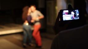 在电话的人shoting的kizomba舞蹈 股票视频