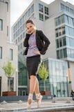 在电话的企业跳芭蕾舞者 库存照片