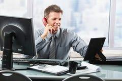 在电话的告诉愉快的生意人系列 库存图片