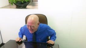 在电话的商人在书桌 股票视频