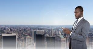 在电话的商人在都市风景 免版税库存图片