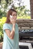 在电话的妇女司机汽车故障的 图库摄影