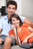 在电话的少年夫妇 图库摄影