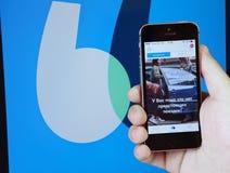 在电话的屏幕上的BlaBlaCar-an国际网上搜索服务汽车旅行伴侣 库存照片