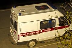 在电话的救护车汽车在围场在晚上 图库摄影