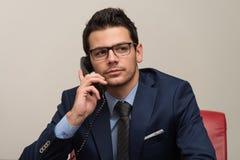 在电话的生意人 库存图片
