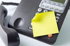 在电话的空白的笔记本 免版税库存照片