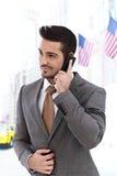 在户外电话的商人 免版税库存照片