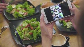 在电话的食物照片 屏幕特写镜头有膳食图片的 影视素材